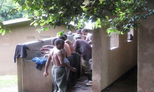 Zdjęcie TANZANIA / Afryka, / Mweka Gate, Kilimanjaro / Toaleta tragarzy po zejściu ze szczytu Kilimanjaro