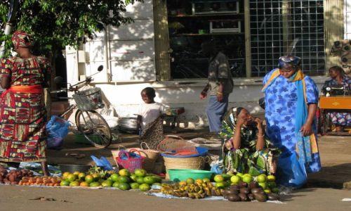 Zdjęcie TANZANIA / Afryka, / Moshi / Warzywniak i krawiec w tle