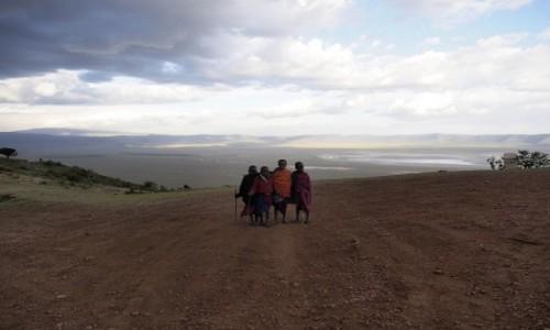 Zdjęcie TANZANIA / Ngorongoro / Zbocze kaldery / chłopcy nad Kalderą