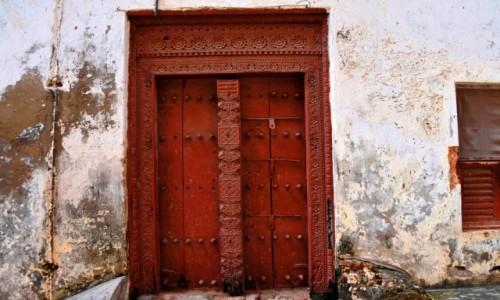 Zdjecie TANZANIA / Zanzibar / Stone Town, wybrzeże zachodnie / Tradycyjne zanzibarskie drzwi
