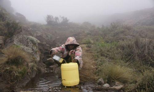 Zdjęcie TANZANIA / Moshi / Kilimandżaro / pobór wody