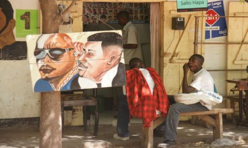 Zdjęcie TANZANIA / Manyara / Mto Wa Mbu / W kolejce do fryzjera