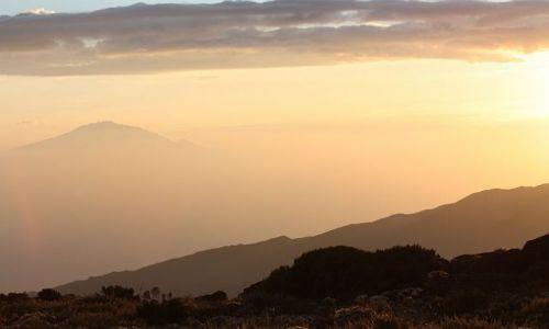 TANZANIA / - / Widok na M. Meru z drogi na Kilimandżaro / Nad chmurami