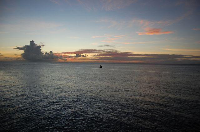 Zdjęcia: Tobago, Karaiby, Samotna łódź na morzu niedaleko Crown Point na Tobago, TRYNIDAD I TOBAGO