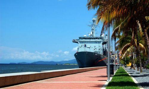 Zdjęcie TRYNIDAD I TOBAGO / Karaiby / Port-of-Spain / Statek zacumowany w Port-of-Spain