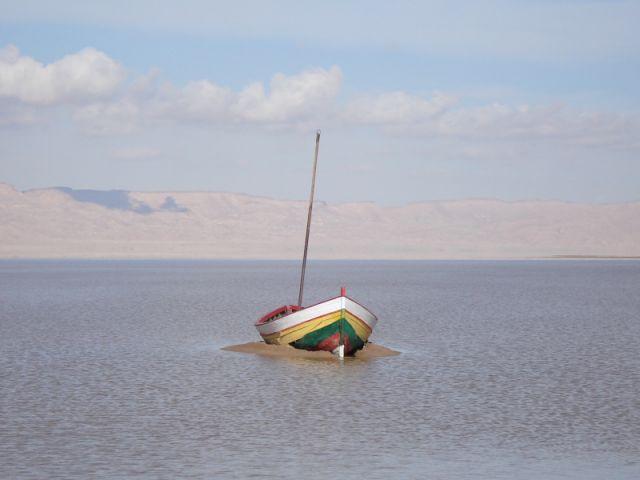 Zdjęcia: Djerba, Djerba, samotna łódka, TUNEZJA