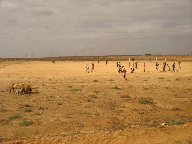 Zdj�cia: Gdzie� w Tunezji w drodze na po�udnie.., Mecz, TUNEZJA