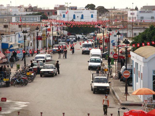 Zdj�cia: Widok na miasto Al-D�em z ruin amfiteatru. Rozwieszone flagi na ulicach zapowiadaja �wi�to, Al-D�em, TUNEZJA