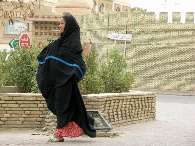 Zdj�cia: Tozeur, Tunezja �rodkowa, Kobieta  w czerni, TUNEZJA