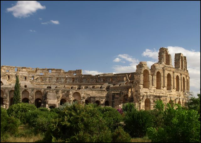 Zdjęcia: pomiędzy bardzo starymi kamieniami, El Jem , owalny budynek, TUNEZJA