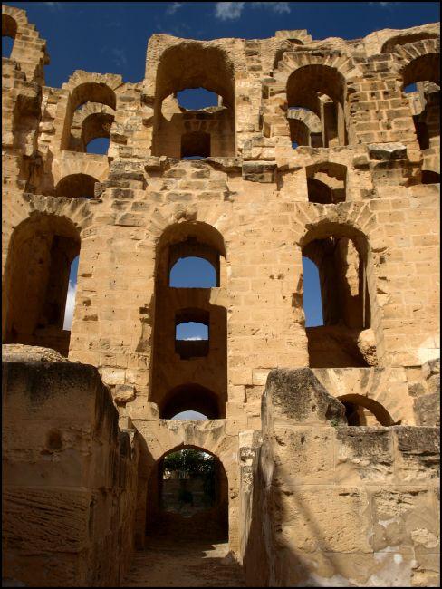 Zdjęcia: pomiędzy bardzo starymi kamieniami, El Jem , Wszędzie kamienie -ale jak poukładane, TUNEZJA
