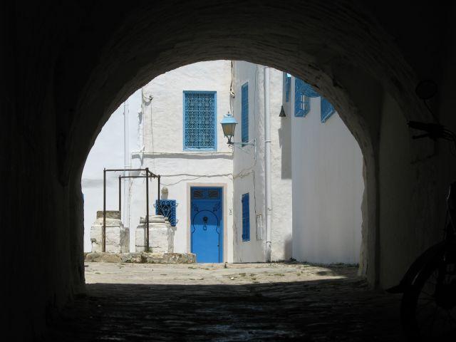 Zdjęcia: Sidi Bou Said, północ TUnezji, przez brame, TUNEZJA