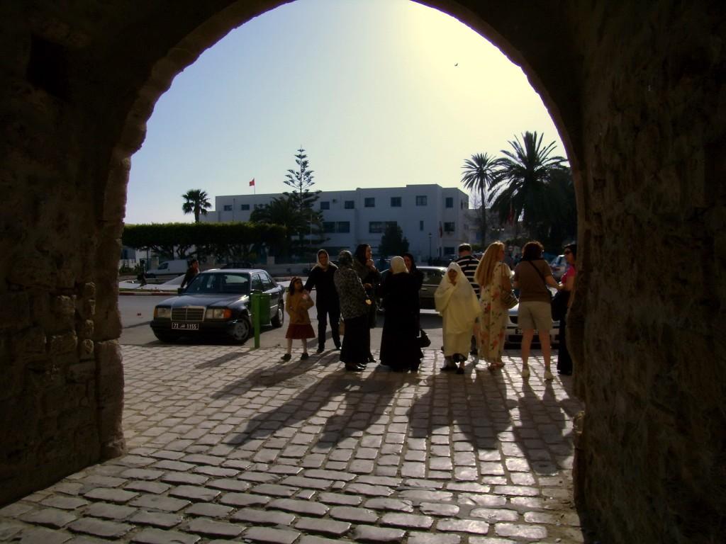 Zdjęcia:  stare miasto, Mahdia, kobiety, tak różne, TUNEZJA