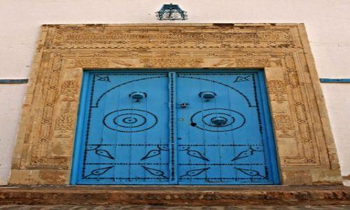 Zdjecie TUNEZJA / - / Kairouan / Ciężkie błekitne drzwi.