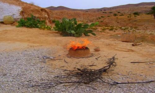 Zdjecie TUNEZJA / skraj Sahary / Matmata / Ogień w wiosce Berberów