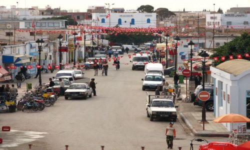 Zdjecie TUNEZJA / brak / Widok na miasto Al-Dżem z ruin amfiteatru. Rozwieszone flagi na ulicach zapowiadaja święto / Al-Dżem