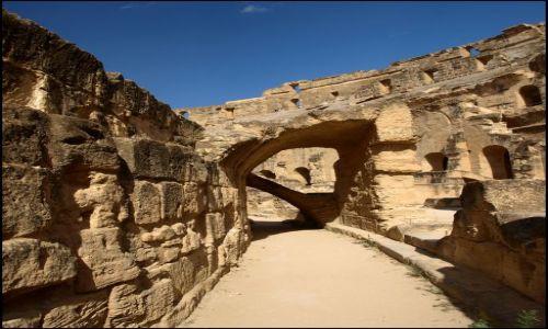 Zdjecie TUNEZJA / El Jem  / pomiędzy bardzo starymi kamieniami / szlak komunikacyjny wokół areny