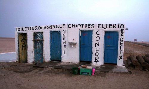 TUNEZJA / Południowo-zachodnia Tunezja / Chott El Jerid / Szeroki standard toalet nad słonym jeziorem
