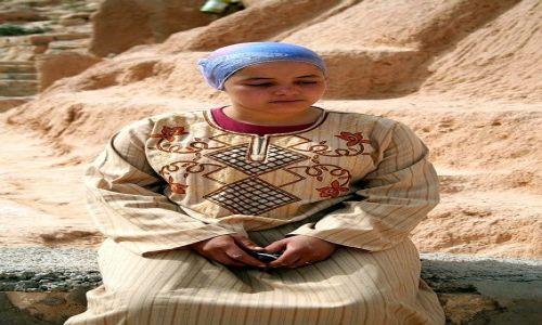 TUNEZJA / Południowo-wschodnia Tunezja / Matmata / Zamyślona, młoda berberka