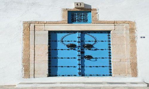 TUNEZJA / Tunis / Sidi Bu Said / Naćwiekowane drzwi