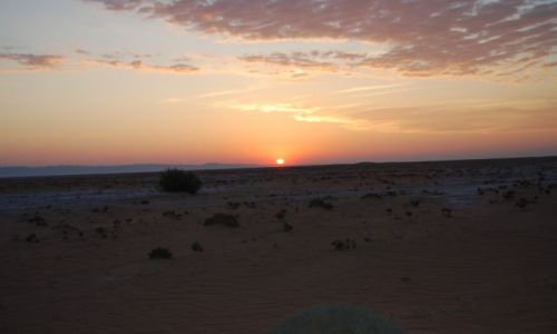 Zdjecie TUNEZJA / - / Gdzieś na pustyni / Wschód słońca nad słonym jeziorem