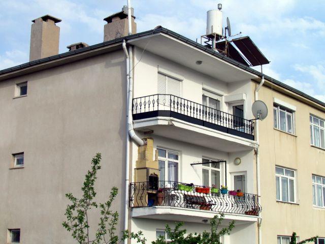 Zdjęcia: Urgup, Kapadocja, kominki na balkonach, TURCJA