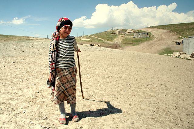 Zdjęcia: okolice Dogubeyazit, kurdyjska wioska, Pastereczka, TURCJA