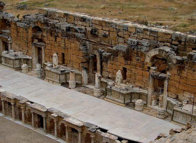 Zdjęcia: Teatr Rzymski to jeden z najlepiej zachowanych na terenie Hierapolis obiektów. Zbudowany w, Hierapoils, Hierapolis, TURCJA