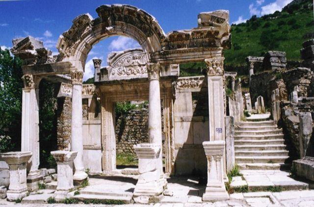 Zdjęcia: Efez, Wybrzeże Egejskie, Pozostałości zabudowań przy Drodze Kuretów, TURCJA