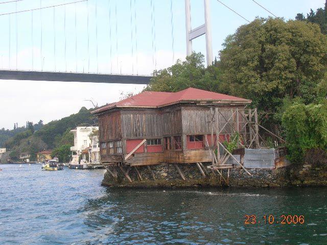 Zdjęcia: Stambuł, Turcja, domek pod mostem, TURCJA