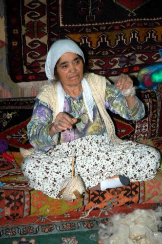 Zdjęcia: w manufakturze dyawnów pod Pamukkale, anatolia, kręć się kręć wrzeciono..., TURCJA