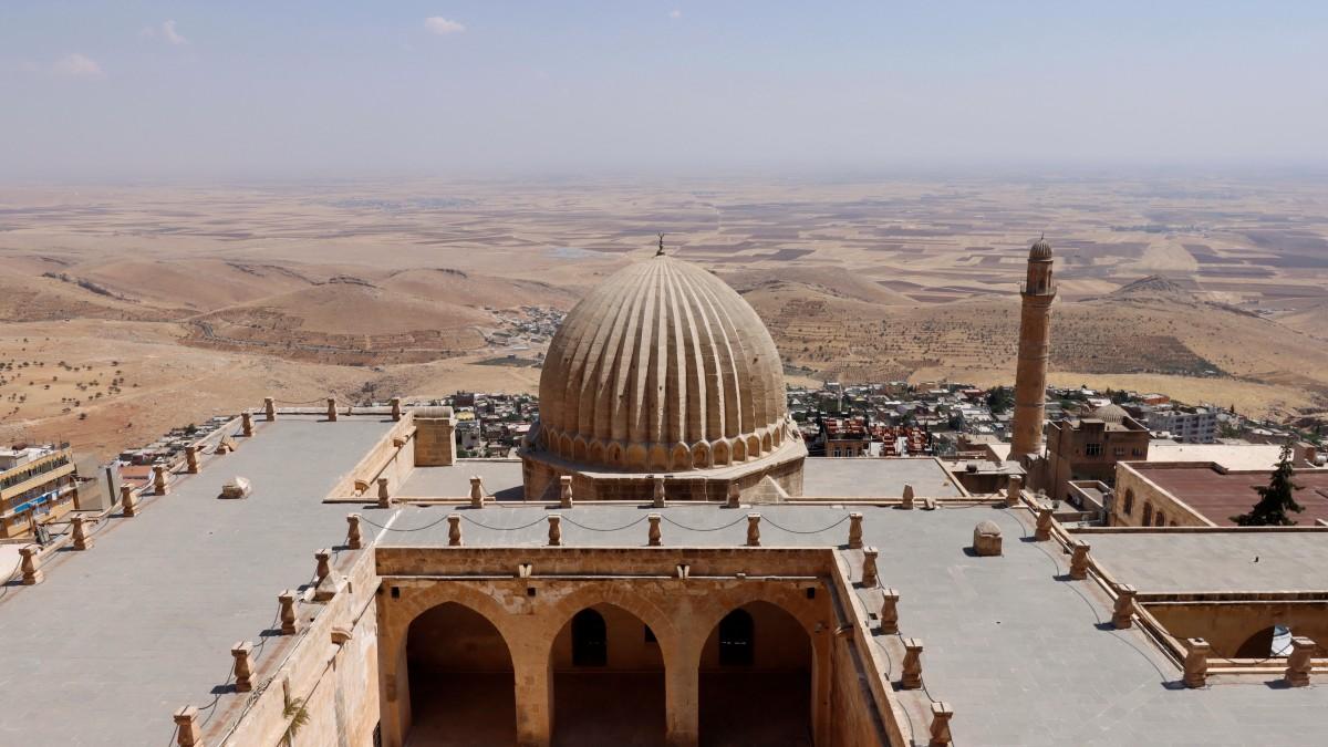 Zdjęcia: Mardin, płd.-wsch. Anatolia, Widok na medresę Zinciriye i równinę Mezopotamii, TURCJA