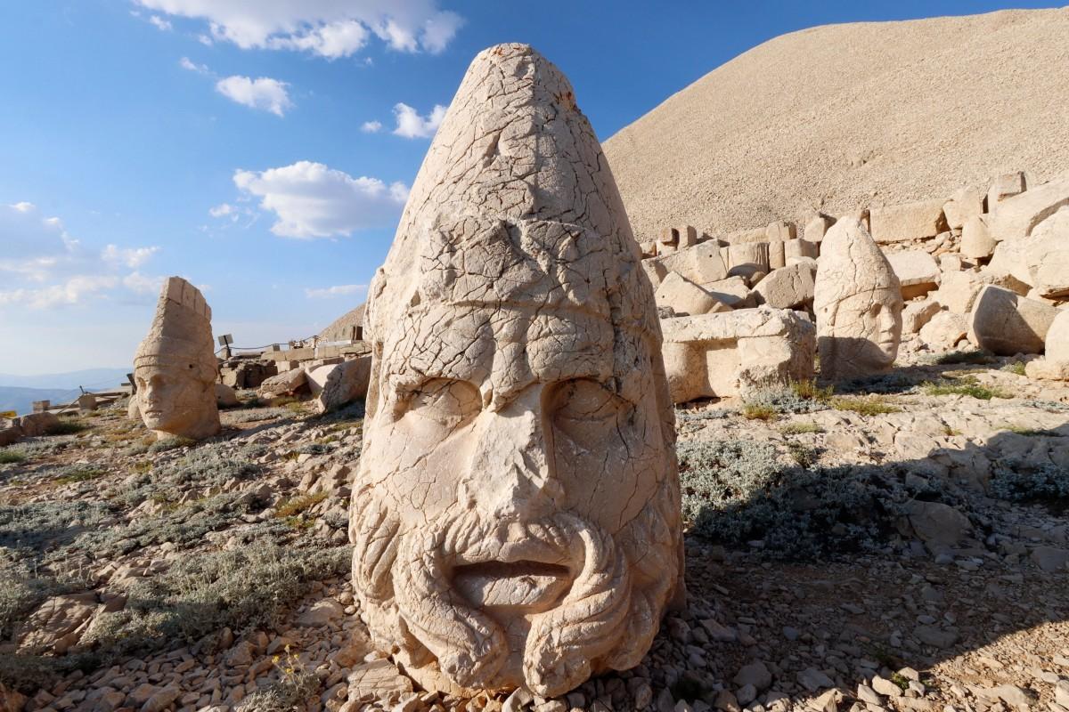 Zdjęcia: Nemrut, płd.-wsch. Anatolia, Głowy posągów z Nemrut Dagi, TURCJA