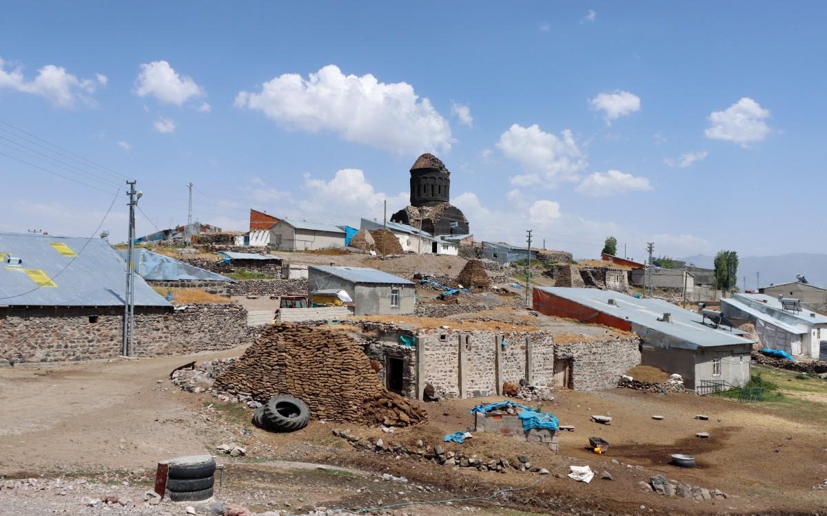 Zdjęcia: Cengilli, wschodnia Anatolia, Monaster Eghegnamor górujący nad obecnie kurdyjską wsią Cengilli, TURCJA