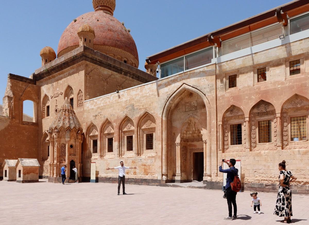Zdjęcia: Dogubayazit, wschodnia Anatolia, Na dziedzińcu pałacu Ishaka Paszy, TURCJA