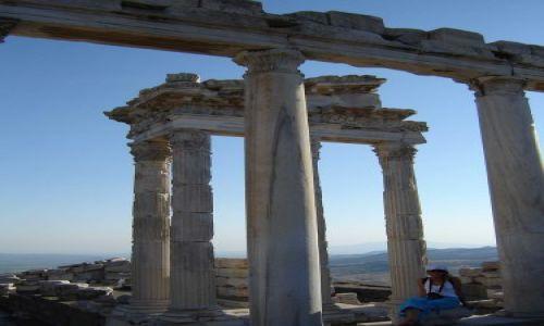 Zdjęcie TURCJA / Pergamon / Pergamon / Pod kolumnami