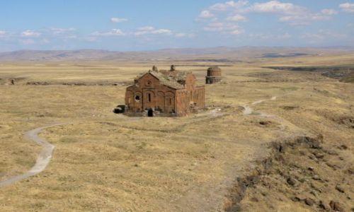 TURCJA / Wschodnia Anatolia. Kurdystan / Ani / Wśród ruin miasta 1001 kościołów