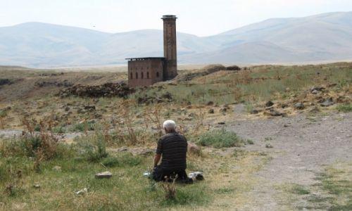 Zdjecie TURCJA / Kurdystan / Ruiny miasta Ani / modlitwa w Ani
