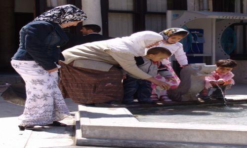 Zdjęcie TURCJA / Centralna Anatolia / Konya / Rodzina przy studni