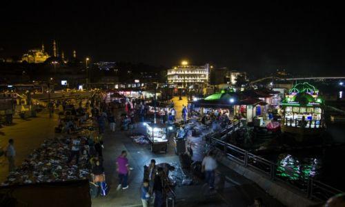 Zdjecie TURCJA / Stambuł / Most Galata / Bazar przy moście Galata nocą