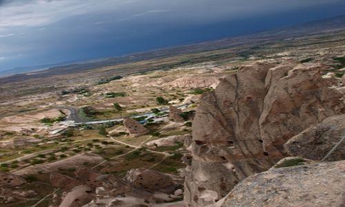 Zdjecie TURCJA / Kapadocja / Uchisar / widok z karkołomnej pozycji