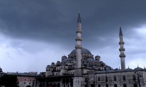 Zdjęcie TURCJA / Stambuł / miasto / Burzowo nad meczetem