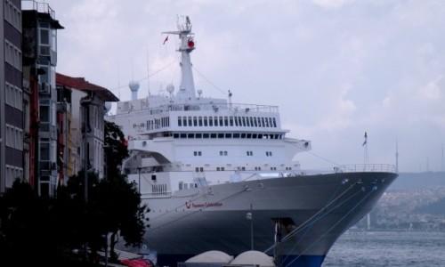 Zdjecie TURCJA / Stambuł / miasto / Statek przy nabrzeżu Bosforu.