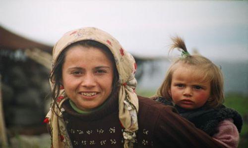 TURCJA / południowy-wschód / pod Araratem / Kurdyjka z dzieckiem