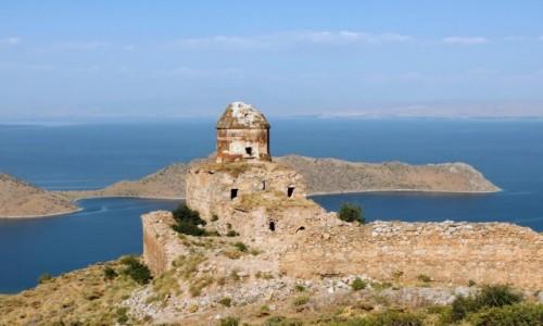 Zdjęcie TURCJA / wschodnia Anatolia / Altinsac / Ormiański kościół św. Tomasza na tle jeziora Wan
