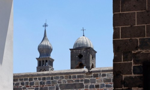 Zdjecie TURCJA / płd.-wsch. Anatolia / Diyarbakir / Wieże kościołów w Diyarbakir