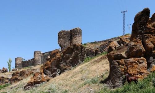 Zdjecie TURCJA / wschodnia Anatolia / Tunckaya / Ruiny zamku Kecivan