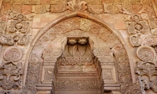 Zdjecie TURCJA / środkowa Anatolia / Divrigi / Bogate zdobienia jednego z portali w Wielkim Meczecie i szpitalu w Divrigi