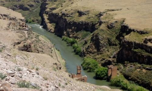 Zdjecie TURCJA / wschodnia Anatolia / Ani / Ruiny mostu w Ani, dziś na granicy Turcji i Armenii