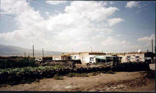 Zdjecie TURCJA / brak / Okolice granicy turecko-armeńskiej / Typowa osada Kurdyjska niedaleko Ani